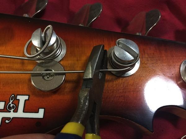ペグの付近で弦を切断