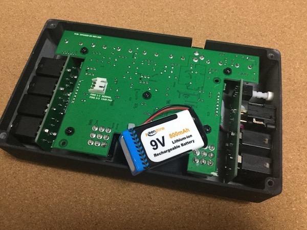 エフェクターに9V電池を入れる