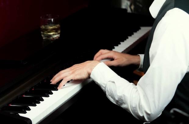演奏するピアニスト
