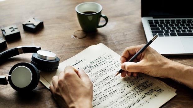楽譜に書き込む手