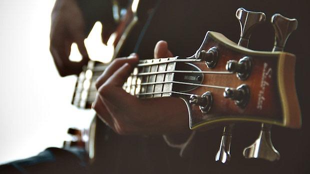 ベースを演奏する手