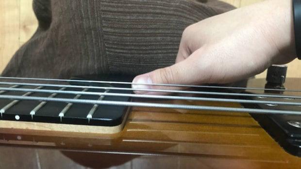 1弦をサムアップするときはネックエンド付近で