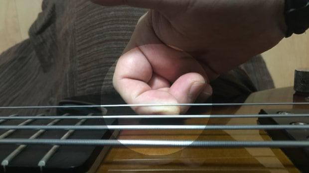 指の側面で弦を引っ張るプル